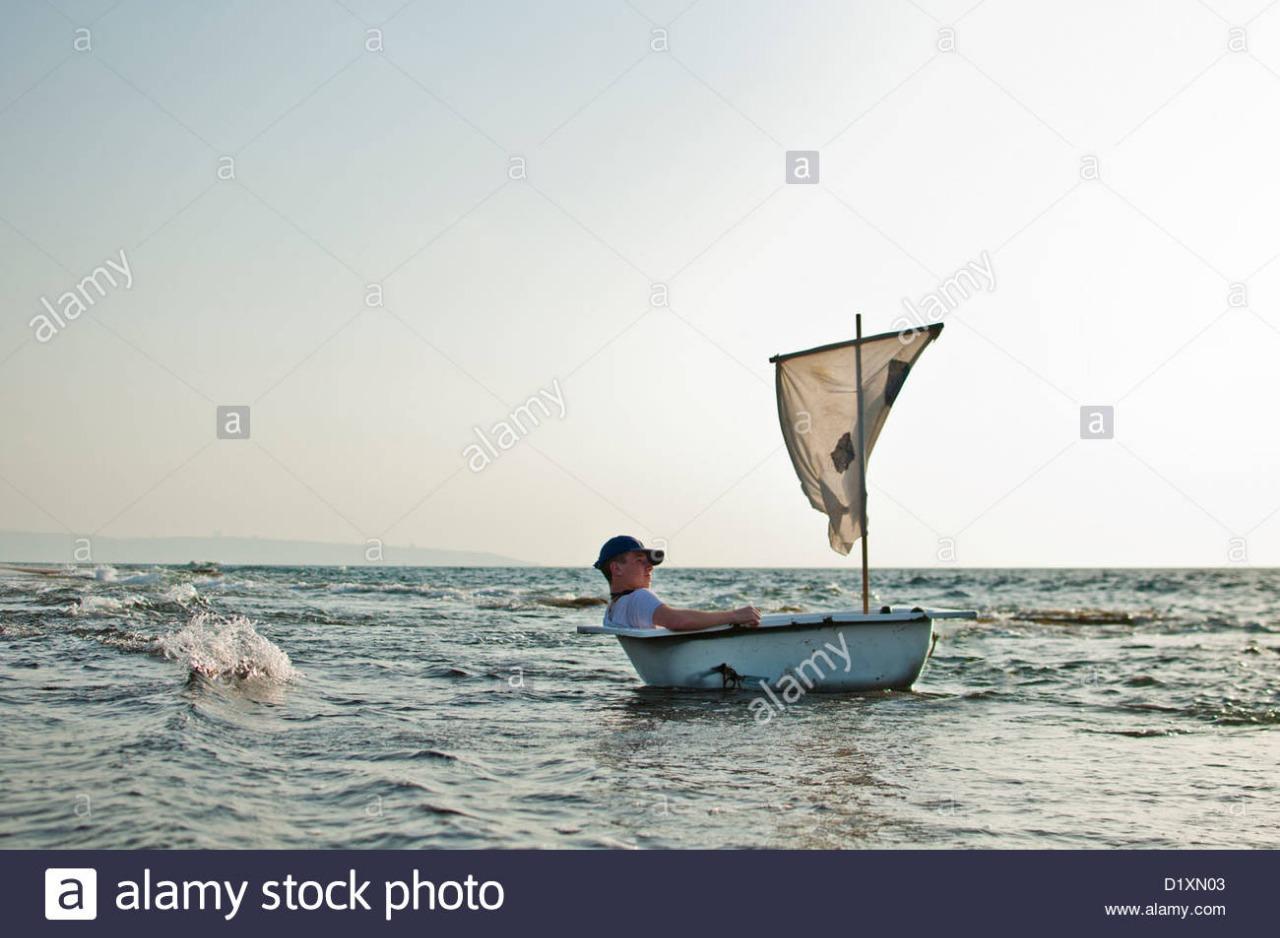 lhomme-dans-une-baignoire-comme-bateau-avec-une-voile-dans-la-mer-d1xn03.jpg